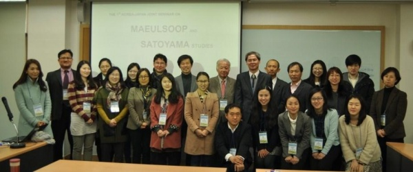 Seminar participants gather for a group photo