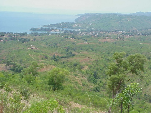 Fig. 2: Chindozwa Village and Nkhata Bay seen from the top of Kamphimbi Hill. (Photo by Setsuko Nakayama)