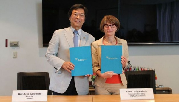 UNU-IAS Director Dr. Kazuhiko Takemoto and IPBES Secretariat Executive Secretary Ms. Anne Larigauderie at the signing ceremony